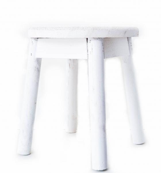 wit houten krukje